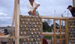 Eine Flaschen-Mauer entsteht
