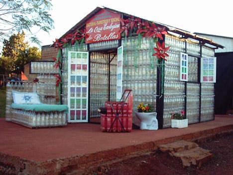 Ein Haus nur aus PET Flaschen
