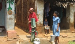 Children_waterpump_India