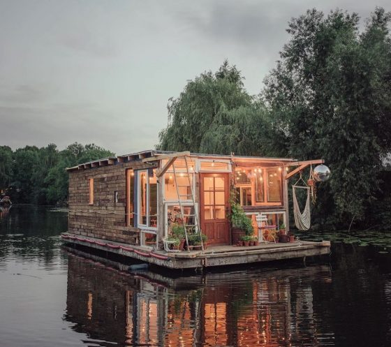2boats zwei k nstler fahren in selbstgemachten hausbooten quer durch europa lilli green. Black Bedroom Furniture Sets. Home Design Ideas