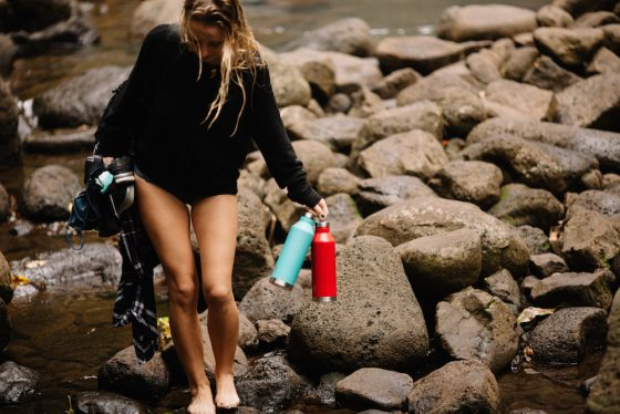 Mizu Wasserflasche am Wasser