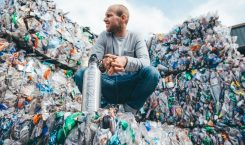 Jussi Oksanen mit Plastikmüll