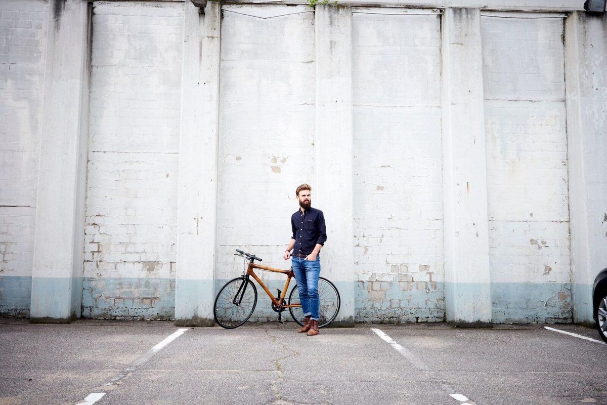 Nachhaltige Fahrradtipps - Mann mit Bambusfahrrad