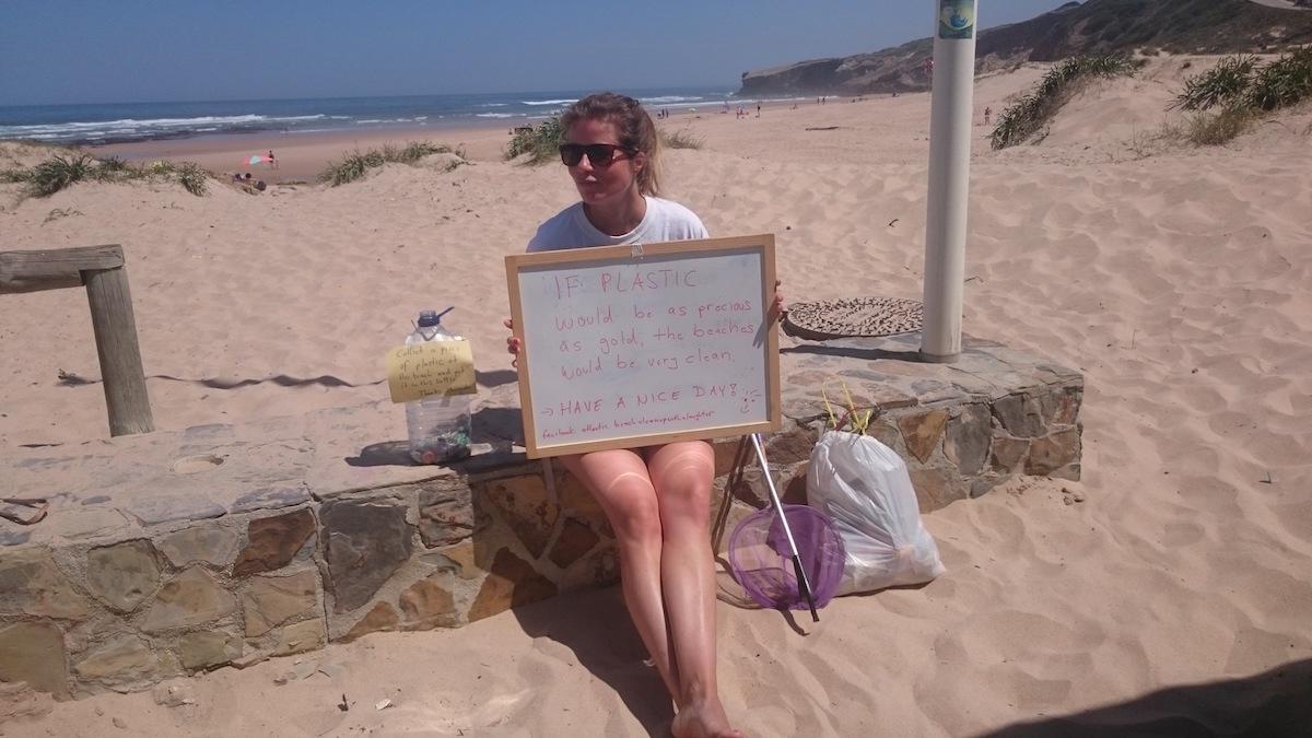 Atlantic Beach Cleanup mit einem Lachen - Muell sammeln am Strand