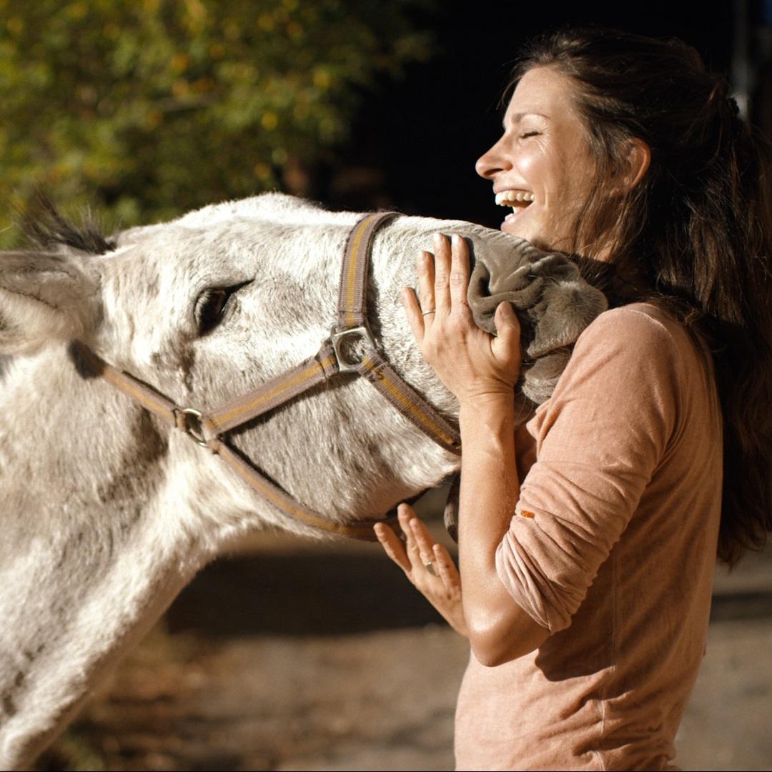 Nachhaltiges Reisen - ReNatour - Frau mit Esel - Natur Urlaub