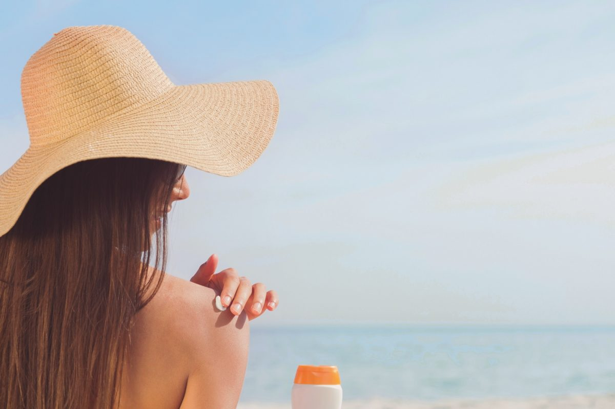 Nachhaltige Sonnencreme - Frau mit Sonnencreme - Sonnenschutz