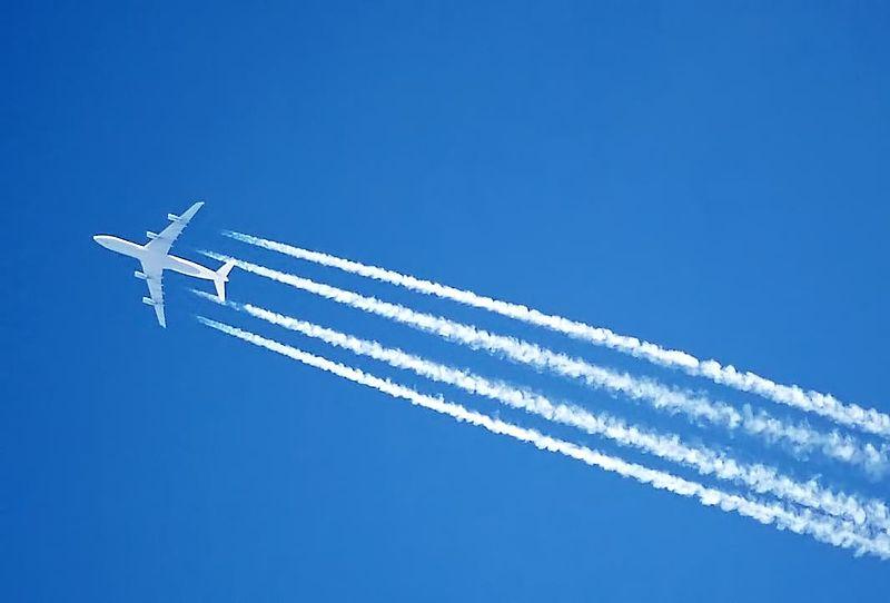 Flugscham - Flugzeug mit Kondensstreifen