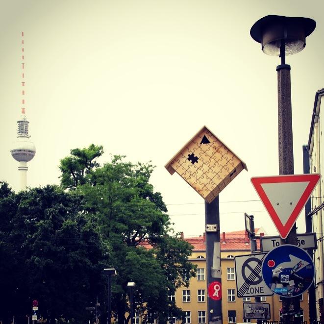 Vogelhaus Street Art mit Fernsehturm in Berlin