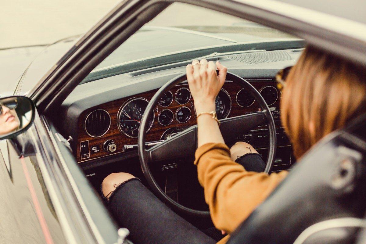 Mitfahrgelegenheit - Frau mit Auto