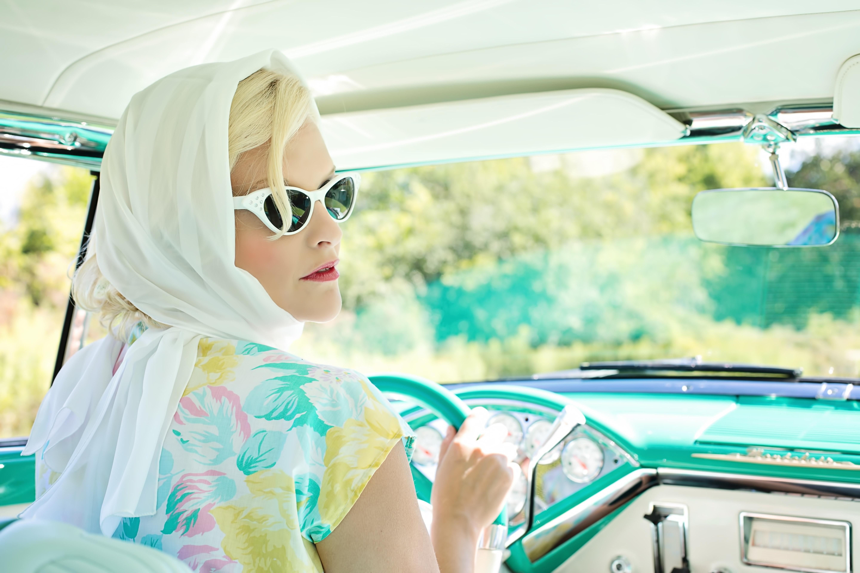 Mitfahrgelegenheit - Fahrerin mit Auto