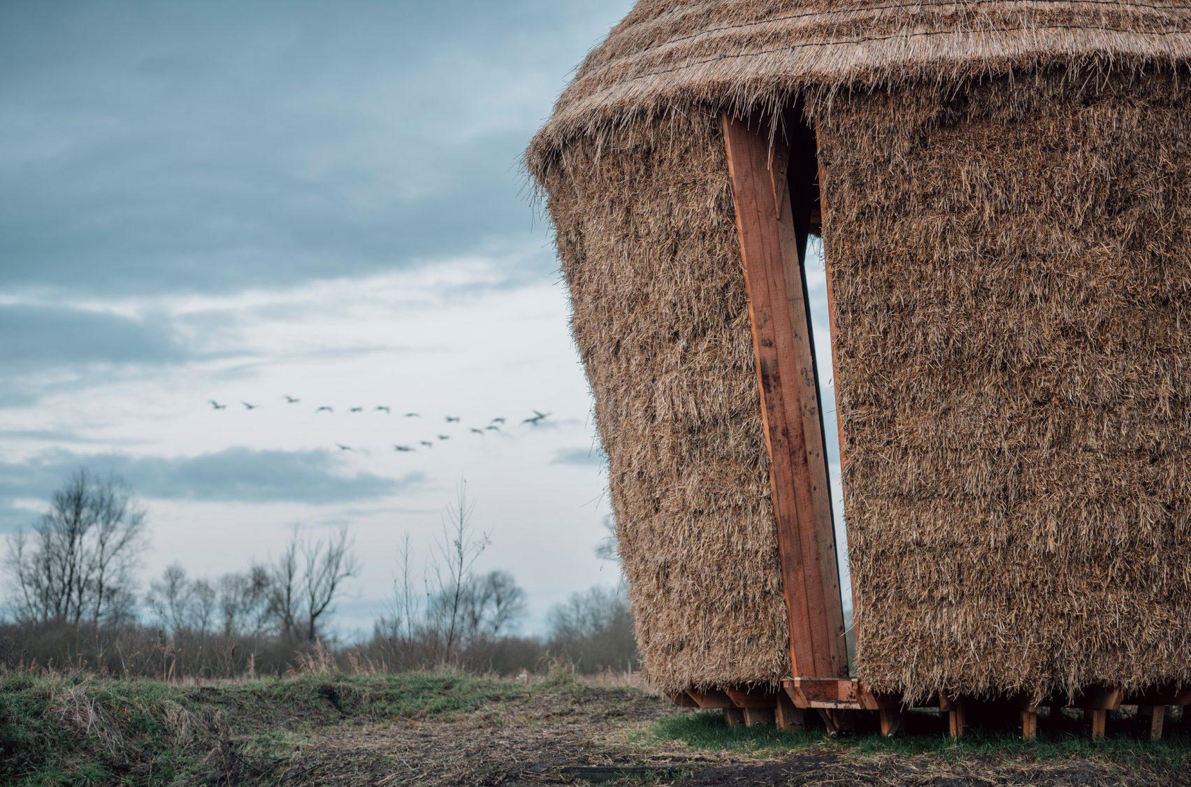 Nachhaltige Strohhuette mit Voegel