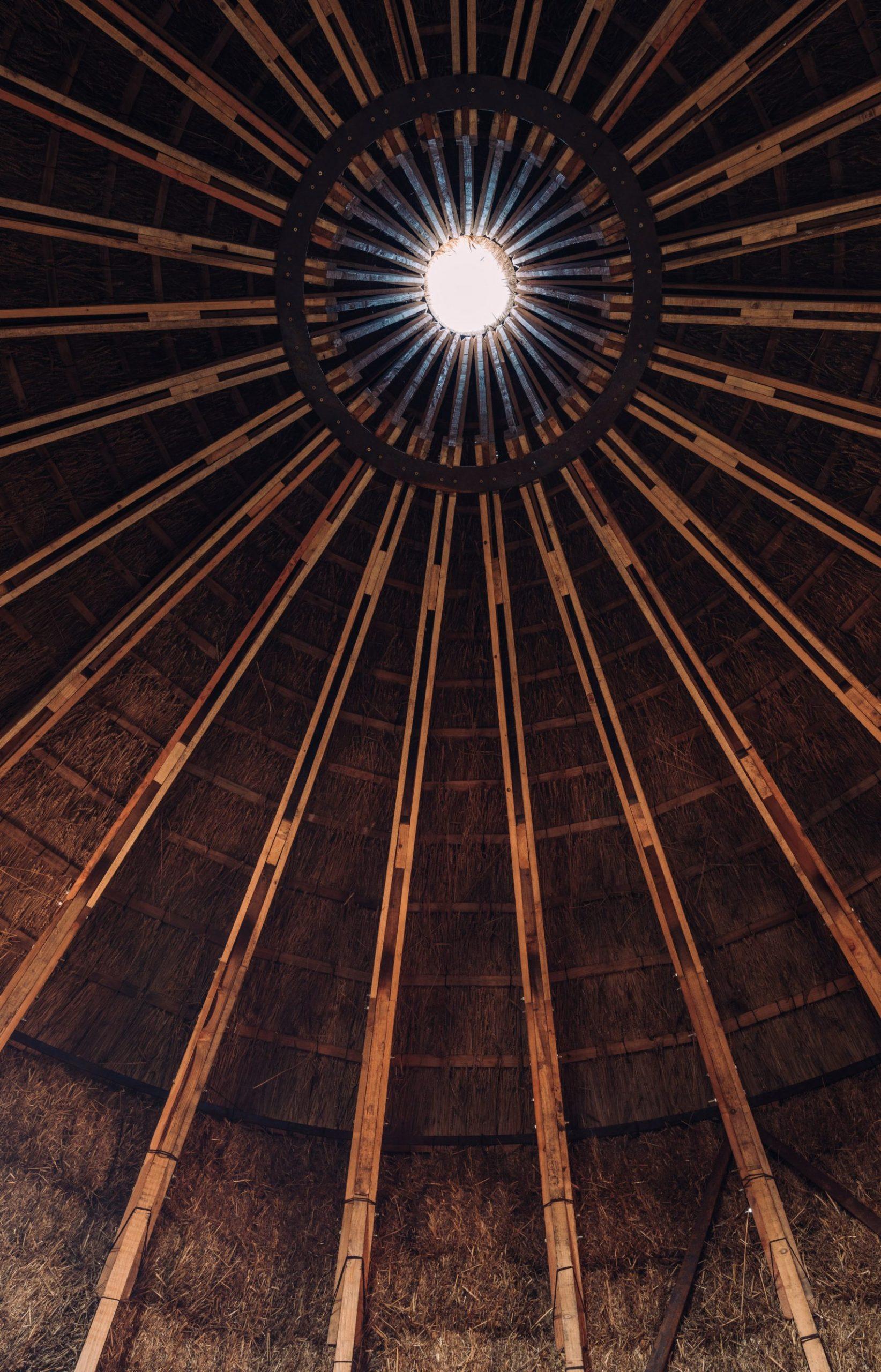 Strohhuette Dachkonstruktion - Wunderschoenes Kuppeldesign