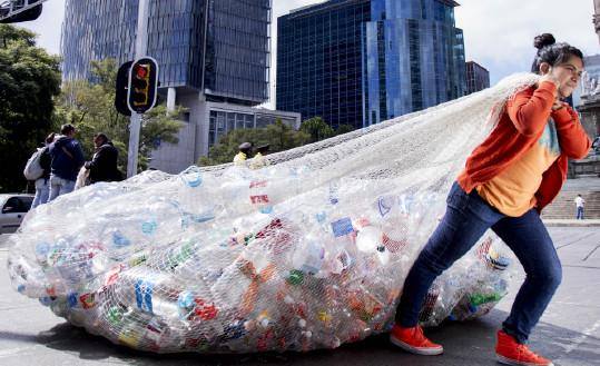 The Story of Plastic: Frau mit Plastikmuell